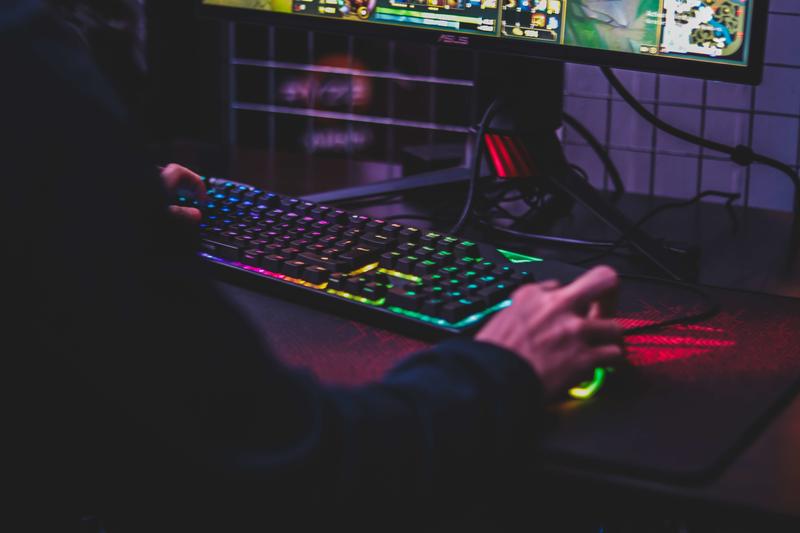 Kiwi gamer using fast broadband to game online